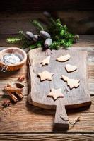 Weihnachts-Lebkuchenplätzchen dekorieren