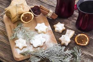 Weihnachtshintergrund mit Weihnachtslebkuchenplätzchen auf Holz