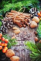 Weihnachtskarte. Zimtstangen, Tannen, Naturkost foto