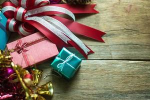 Weihnachtsdekoration auf hölzernem Hintergrund