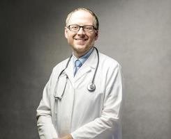 Arzt mit Stethoskop foto