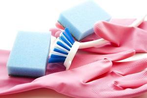 Bürste und Schwamm auf elastischen Handschuhen abspülen foto