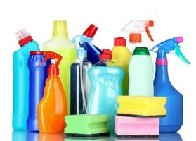 Waschmittelflaschen und Schwämme isoliert auf weiß foto