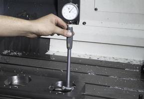Messung der Dicke des Metallteils foto