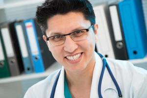 Arzt lächelt