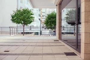 Außenansicht eines kleinen modernen Bürogebäudes foto