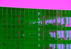 Büroarbeitsplätze hinter klaren Fenstern im Bürogebäude foto