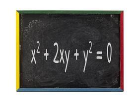 Mathe-Formel auf Schieferbrett geschrieben foto