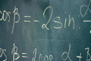 mathematische Formel auf Tafel mit Kreide geschrieben.