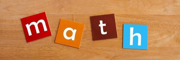 Mathe in Kleinbuchstaben für Schulkinder. foto