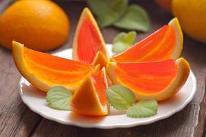 Gelee-Orangenscheiben auf einem Teller. foto