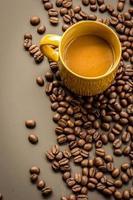 Kaffee auf dunklem Hintergrund des Schmutzes foto