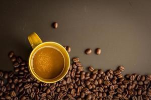 Kaffee auf dunklem Hintergrund des Schmutzes