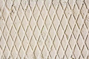 Betonwand mit geometrischem Muster