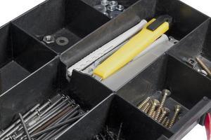 Schachtel mit Nägeln und Schrauben foto