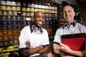 zwei männliche multiethnische Arbeiter, die in einer Druckerei arbeiten foto