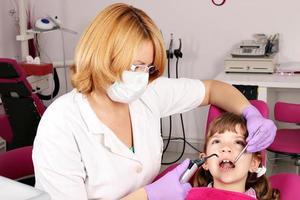 kleines Mädchen Patient und Zahnarzt foto