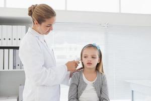 Arzt überprüft Patienten Ohr foto