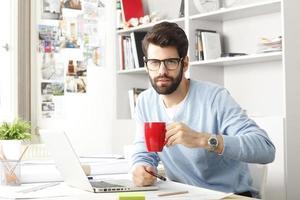 Porträt des jungen modernen Geschäftsmannes foto