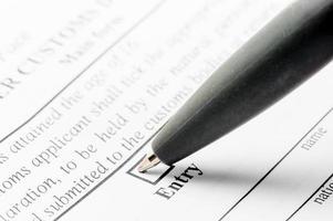 Kugelschreiber und Deklarationsformular in Nahaufnahme foto