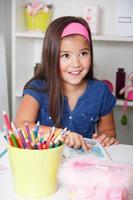 süßes kleines Mädchen, das ein Buch liest foto