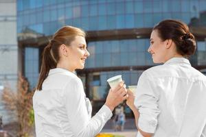 Kaffeepause von zwei Kollegen foto