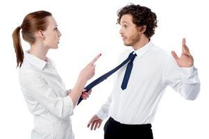 Geschäftsfrau schimpft mit ihrer Kollegin foto