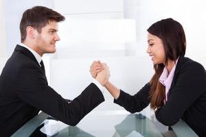 Geschäftskollegen Armdrücken foto