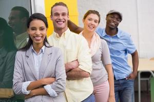 glückliche junge Kollegen im Büro foto