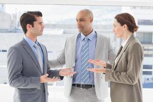 Geschäftskollegen haben eine Meinungsverschiedenheit foto