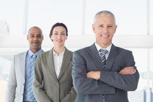 Geschäftskollegen schauen in die Kamera foto