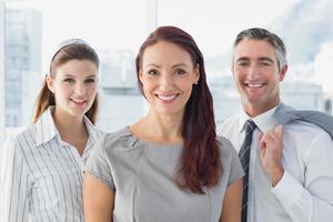 lächelnde Geschäftsfrau mit Kollegen foto