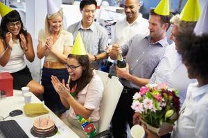 im Büro den Geburtstag eines Kollegen feiern foto