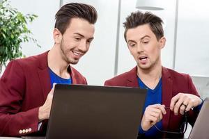 Zwei Brüder Zwillinge arbeiten im Büro foto