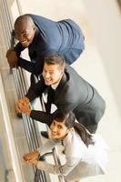 Draufsicht auf Geschäftsleute, die nach oben schauen foto
