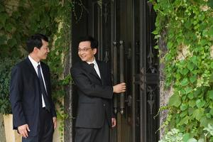 chinesische Geschäftsleute vor einem Haus foto