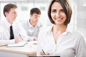 Geschäftsfrau mit ihren Mitarbeitern foto