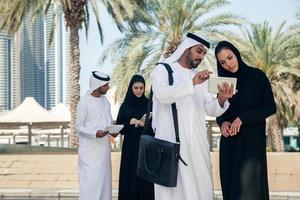 arabische Geschäftsleute im Freien