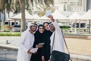 Gruppe arabischer Geschäftsleute, die Selfie im Freien nehmen foto