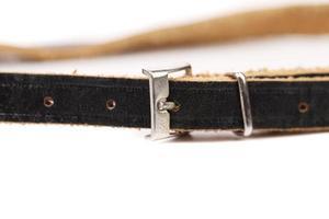 schwarzer Ledergürtel mit rechteckiger Schnalle foto
