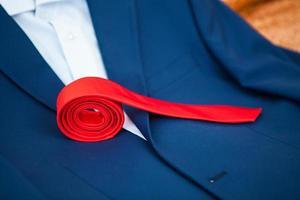 rote Krawatte liegt zusammengeklappt auf der Jacke foto