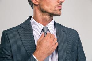 Geschäftsmann glättet seine Krawatte foto