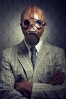 Vintage Geschäftsmann, der Gasmaske trägt