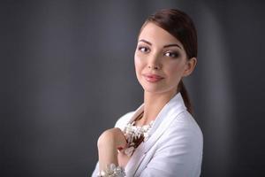 Porträt einer erfolgreichen Geschäftsfrau, die in einem Büro steht foto