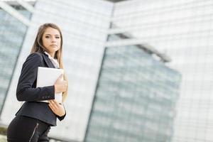 junge Geschäftsfrau mit Tablette foto