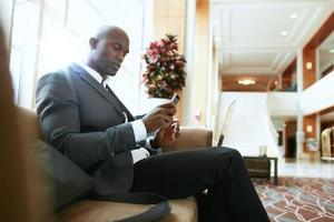 afrikanischer Geschäftsmann, der in der Hotellobby wartet foto