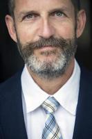 Porträt des schönen Geschäftsmannes foto