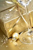 Weihnachtsgeschenk und Champagner