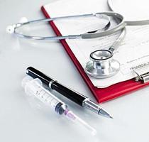 Anamnese in der Zwischenablage mit Stethoskop auf hellem Hintergrund foto