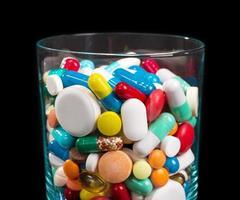 Haufen Pillen in Glas foto